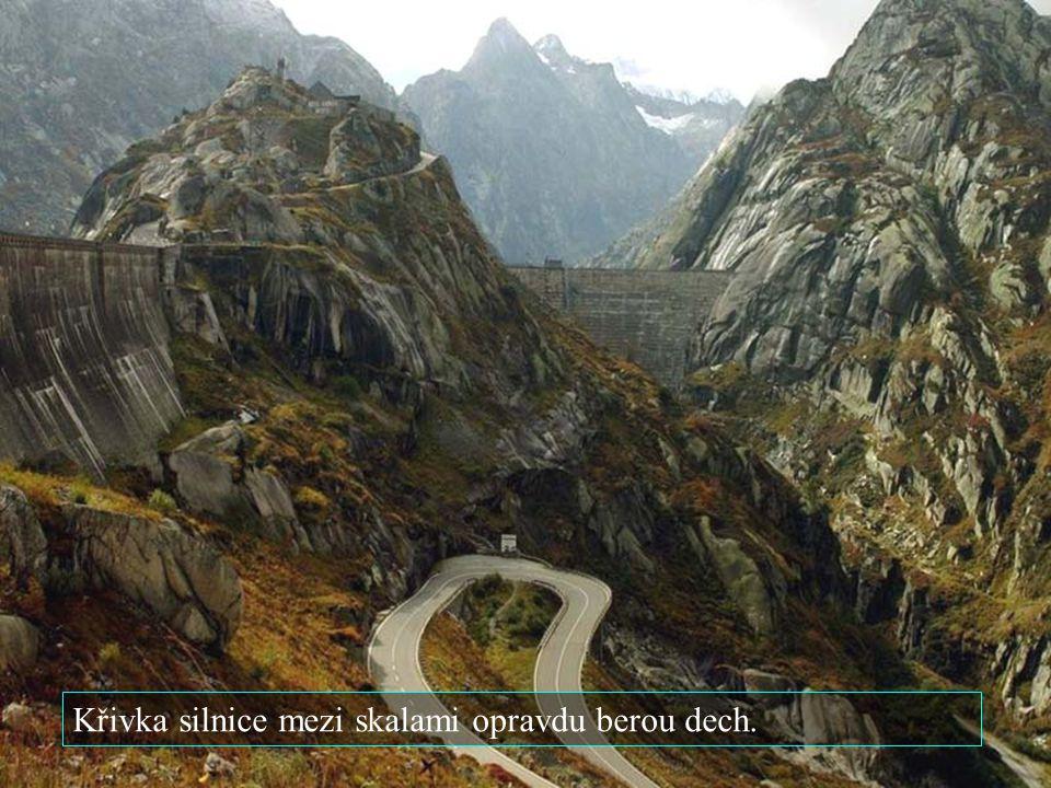 Křivka silnice mezi skalami opravdu berou dech.