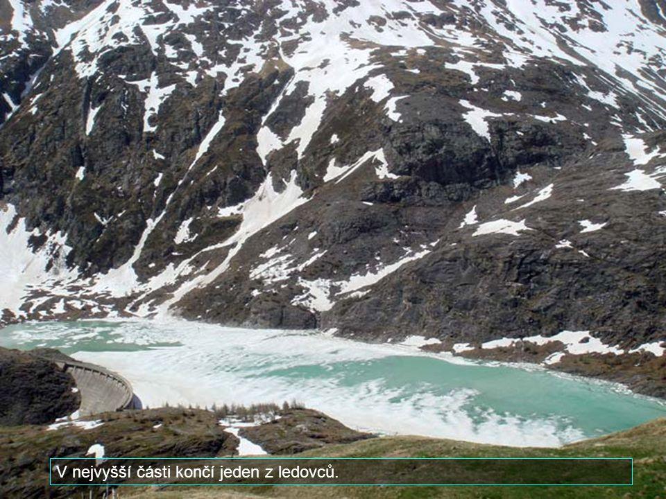 V nejvyšší části končí jeden z ledovců.