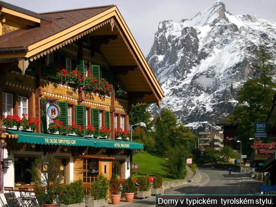 Domy v typickém tyrolském stylu.