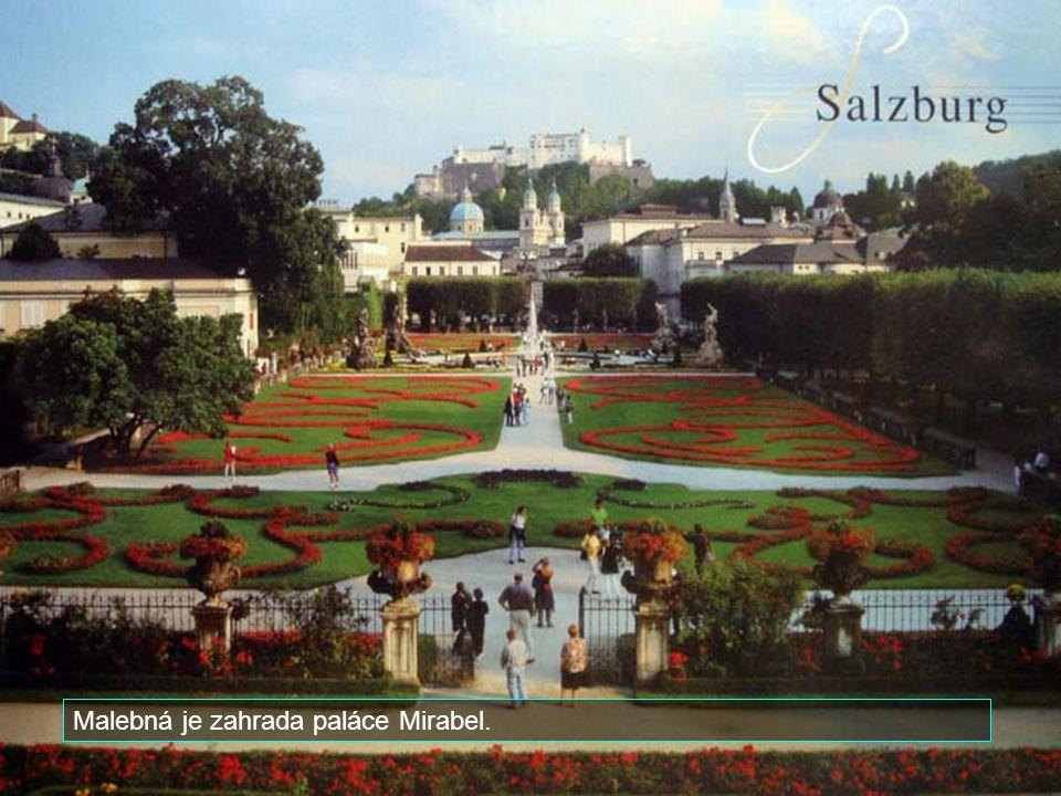 Malebná je zahrada paláce Mirabel.