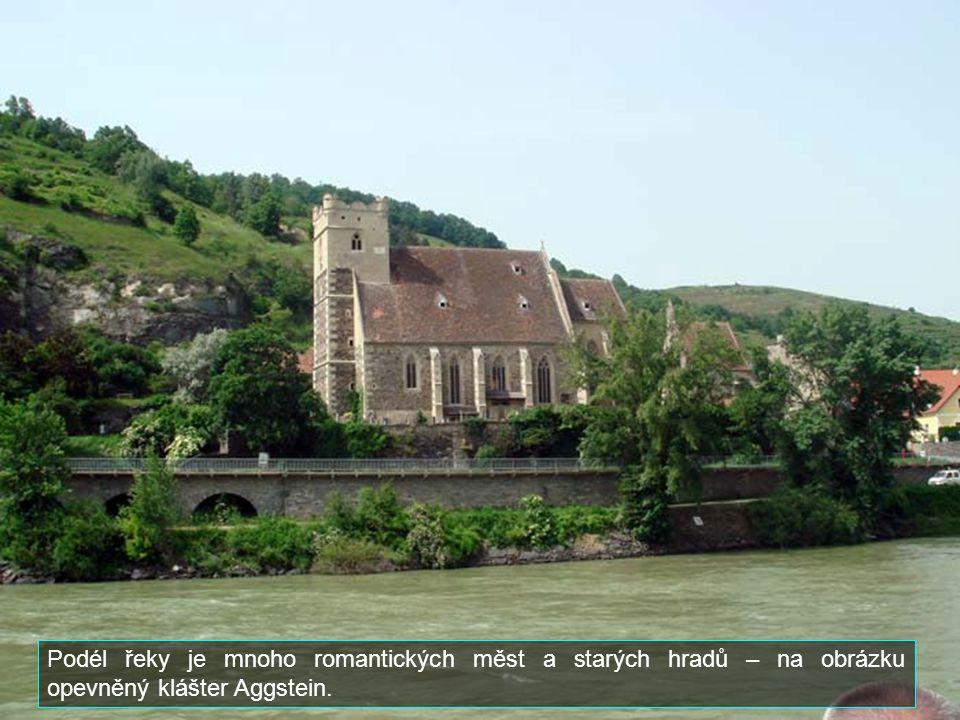 Podél řeky je mnoho romantických měst a starých hradů – na obrázku opevněný klášter Aggstein.