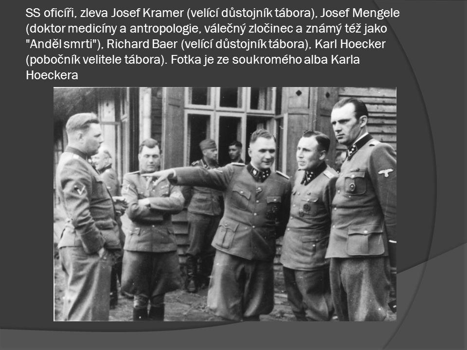 SS oficíři, zleva Josef Kramer (velící důstojník tábora), Josef Mengele (doktor medicíny a antropologie, válečný zločinec a známý též jako Anděl smrti ), Richard Baer (velící důstojník tábora), Karl Hoecker (pobočník velitele tábora).