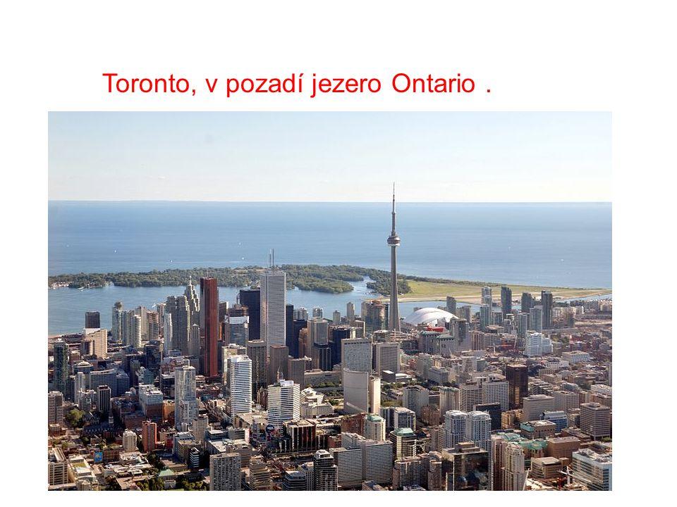 Toronto, v pozadí jezero Ontario .