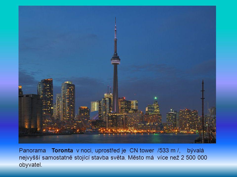 Panorama Toronta v noci, uprostřed je CN tower /533 m /, bývalá nejvyšší samostatně stojící stavba světa.