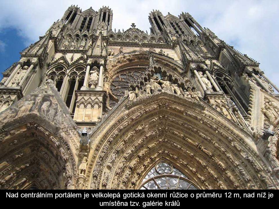 Nad centrálním portálem je velkolepá gotická okenní růžice o průměru 12 m, nad níž je umístěna tzv.
