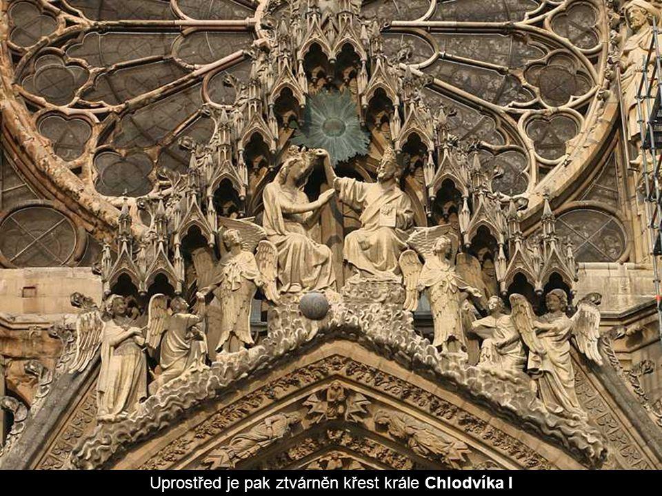 Uprostřed je pak ztvárněn křest krále Chlodvíka I