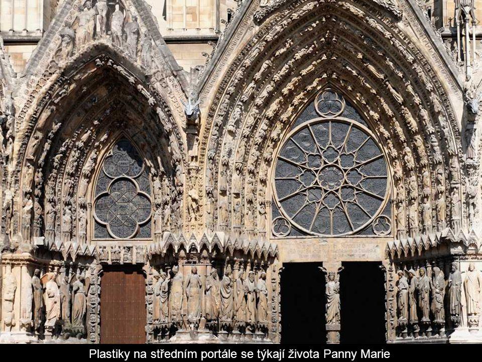 Plastiky na středním portále se týkají života Panny Marie.