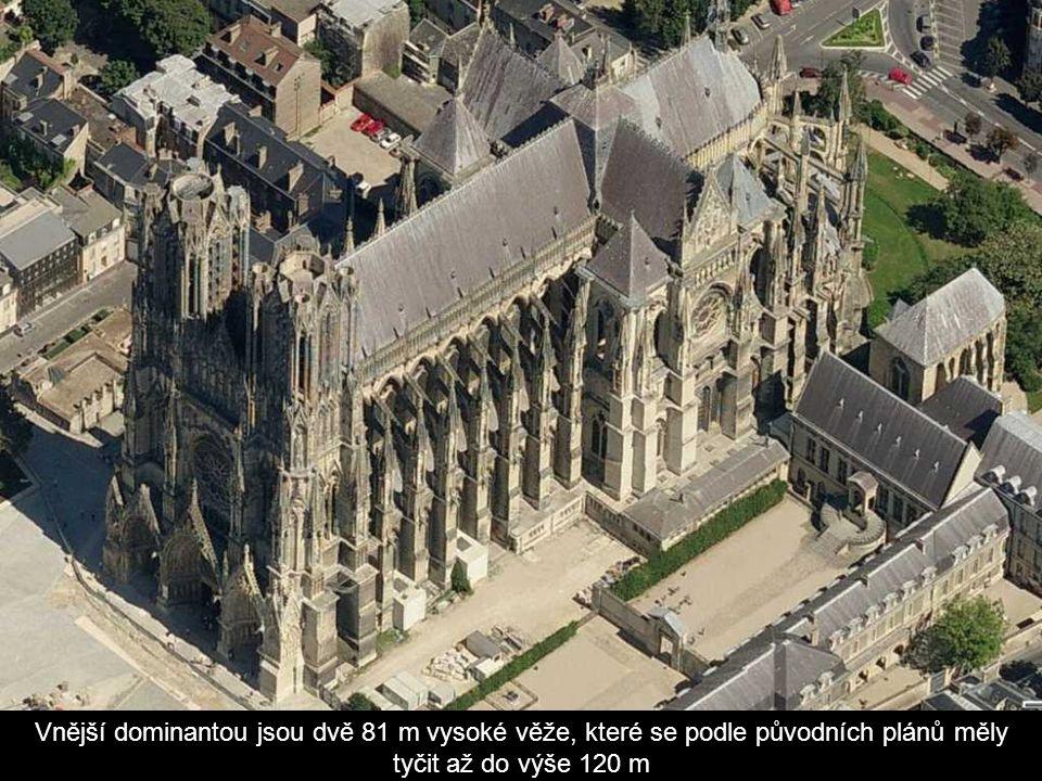 Vnější dominantou jsou dvě 81 m vysoké věže, které se podle původních plánů měly tyčit až do výše 120 m