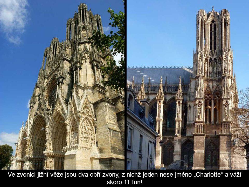 """Ve zvonici jižní věže jsou dva obří zvony, z nichž jeden nese jméno """"Charlotte a váží skoro 11 tun!"""