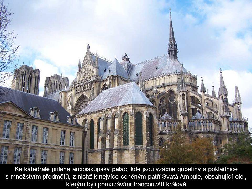Ke katedrále přiléhá arcibiskupský palác, kde jsou vzácné gobelíny a pokladnice s množstvím předmětů, z nichž k nejvíce ceněným patří Svatá Ampule, obsahující olej, kterým byli pomazáváni francouzští králové