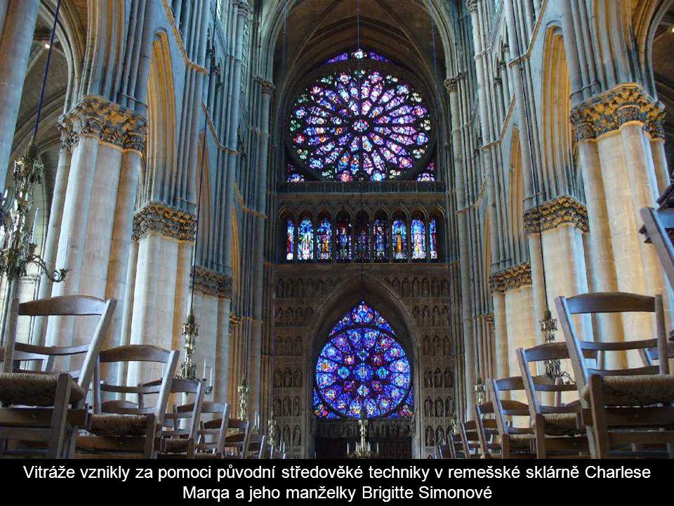 Vitráže vznikly za pomoci původní středověké techniky v remešské sklárně Charlese Marqa a jeho manželky Brigitte Simonové