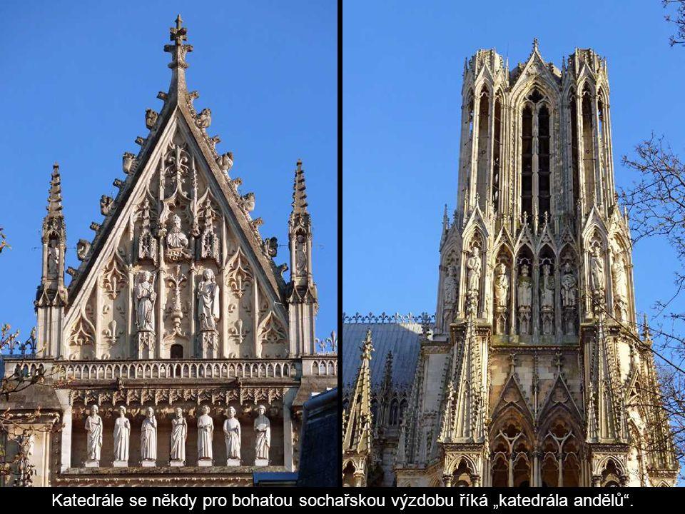 """Katedrále se někdy pro bohatou sochařskou výzdobu říká """"katedrála andělů ."""