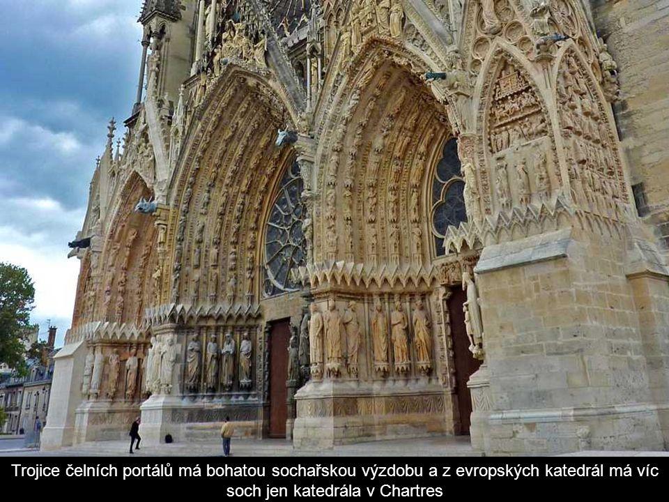 Trojice čelních portálů má bohatou sochařskou výzdobu a z evropských katedrál má víc soch jen katedrála v Chartres