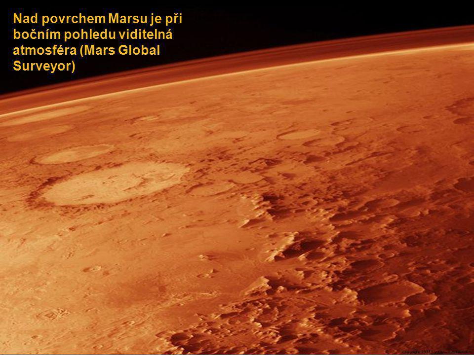 Nad povrchem Marsu je při bočním pohledu viditelná atmosféra (Mars Global Surveyor)
