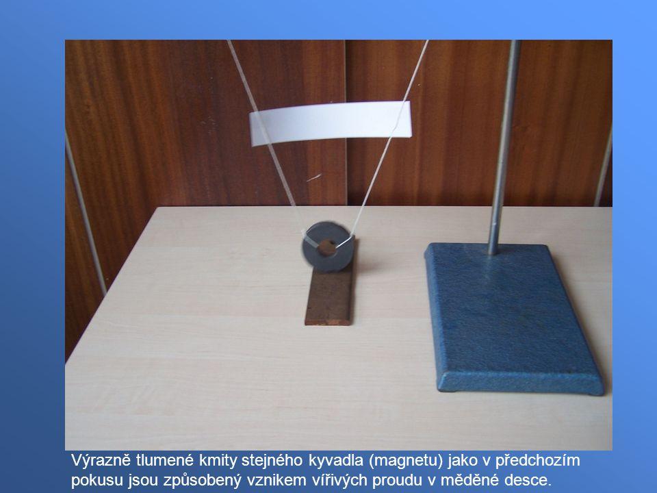 Výrazně tlumené kmity stejného kyvadla (magnetu) jako v předchozím pokusu jsou způsobený vznikem vířivých proudu v měděné desce.