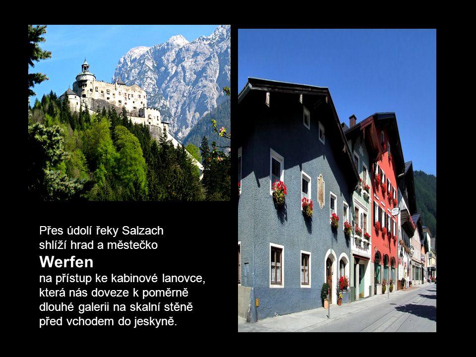 Werfen . Přes údolí řeky Salzach shlíží hrad a městečko