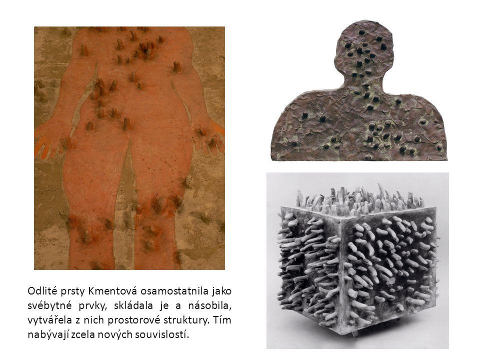 Odlité prsty Kmentová osamostatnila jako svébytné prvky, skládala je a násobila, vytvářela z nich prostorové struktury.