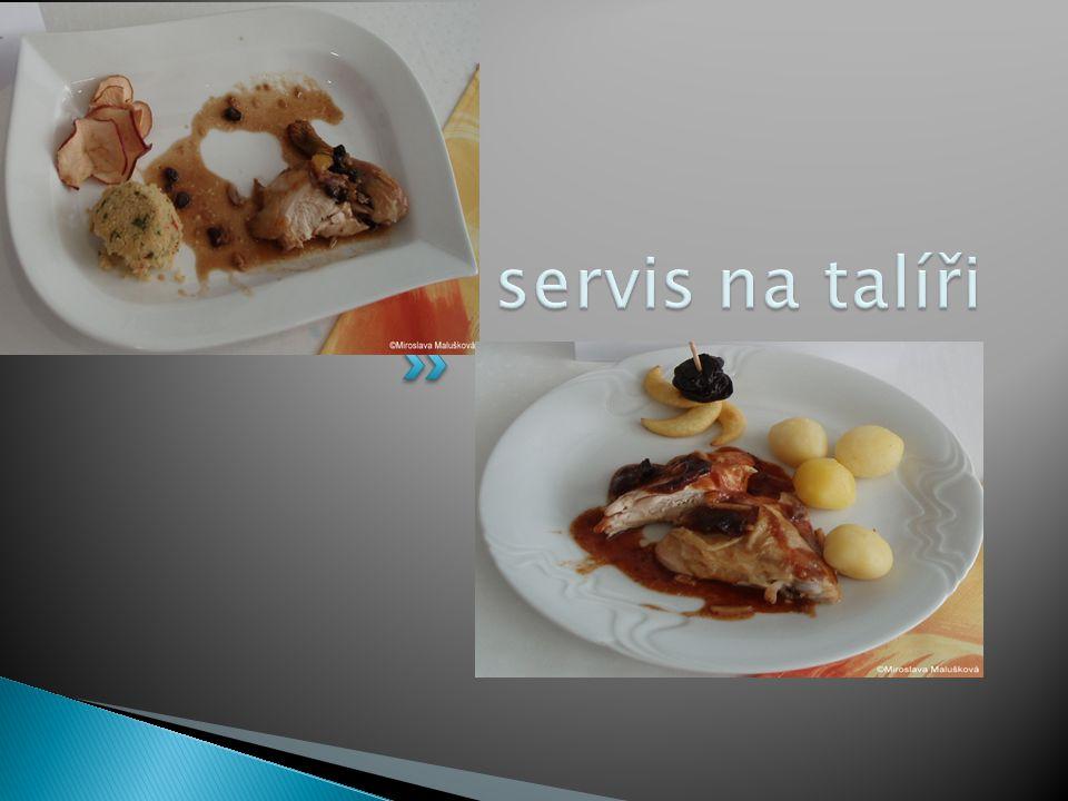Kuře - servis na talíři