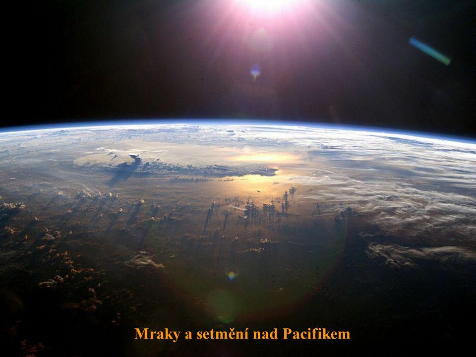 Mraky a setmění nad Pacifikem