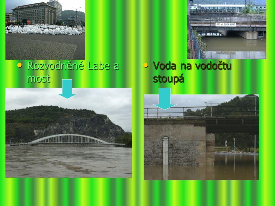 Rozvodněné Labe a most Voda na vodočtu stoupá