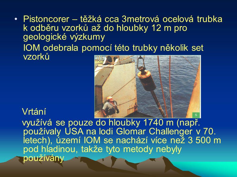 Pistoncorer – těžká cca 3metrová ocelová trubka k odběru vzorků až do hloubky 12 m pro geologické výzkumy