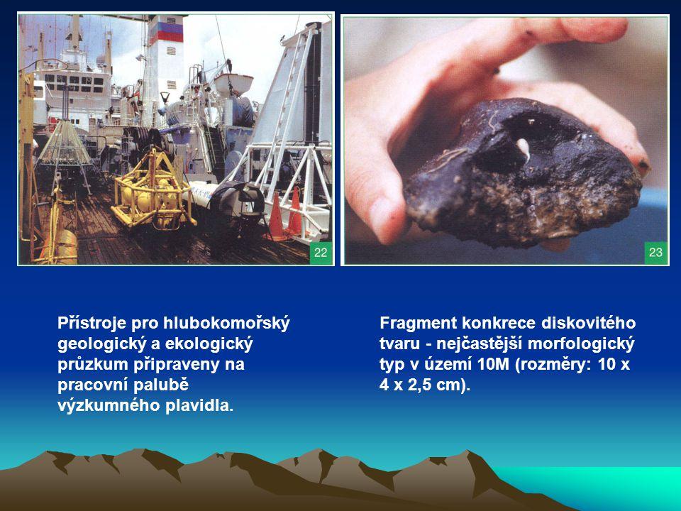 Přístroje pro hlubokomořský geologický a ekologický průzkum připraveny na pracovní palubě výzkumného plavidla.