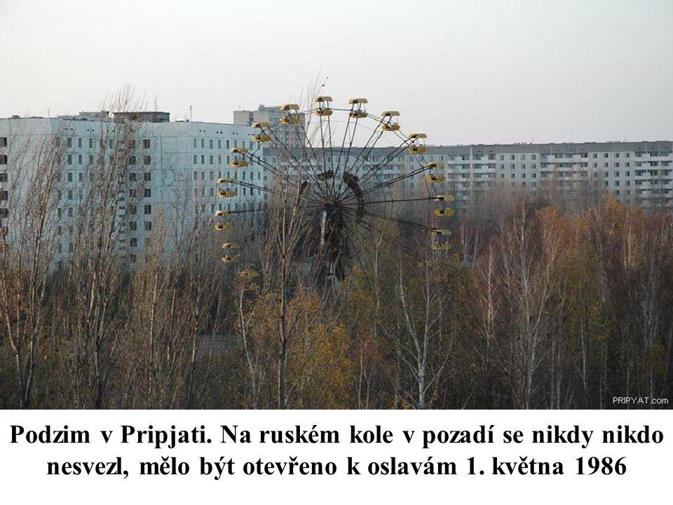Podzim v Pripjati. Na ruském kole v pozadí se nikdy nikdo nesvezl, mělo být otevřeno k oslavám 1.