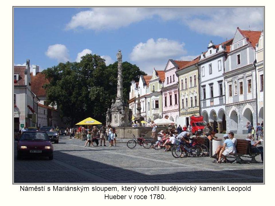 Náměstí s Mariánským sloupem, který vytvořil budějovický kameník Leopold Hueber v roce 1780.