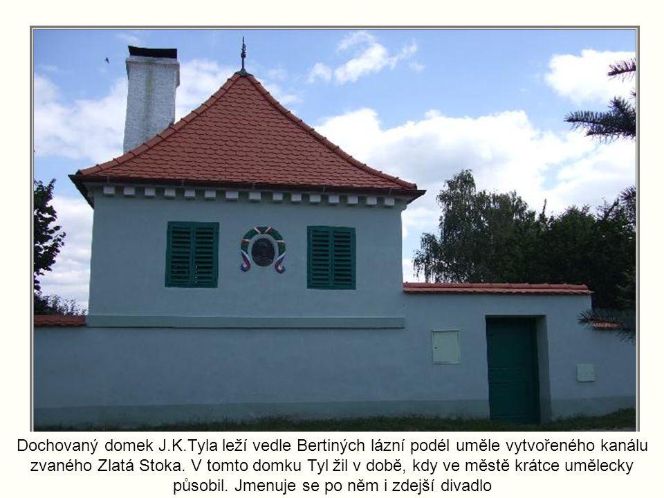 Dochovaný domek J.K.Tyla leží vedle Bertiných lázní podél uměle vytvořeného kanálu zvaného Zlatá Stoka.