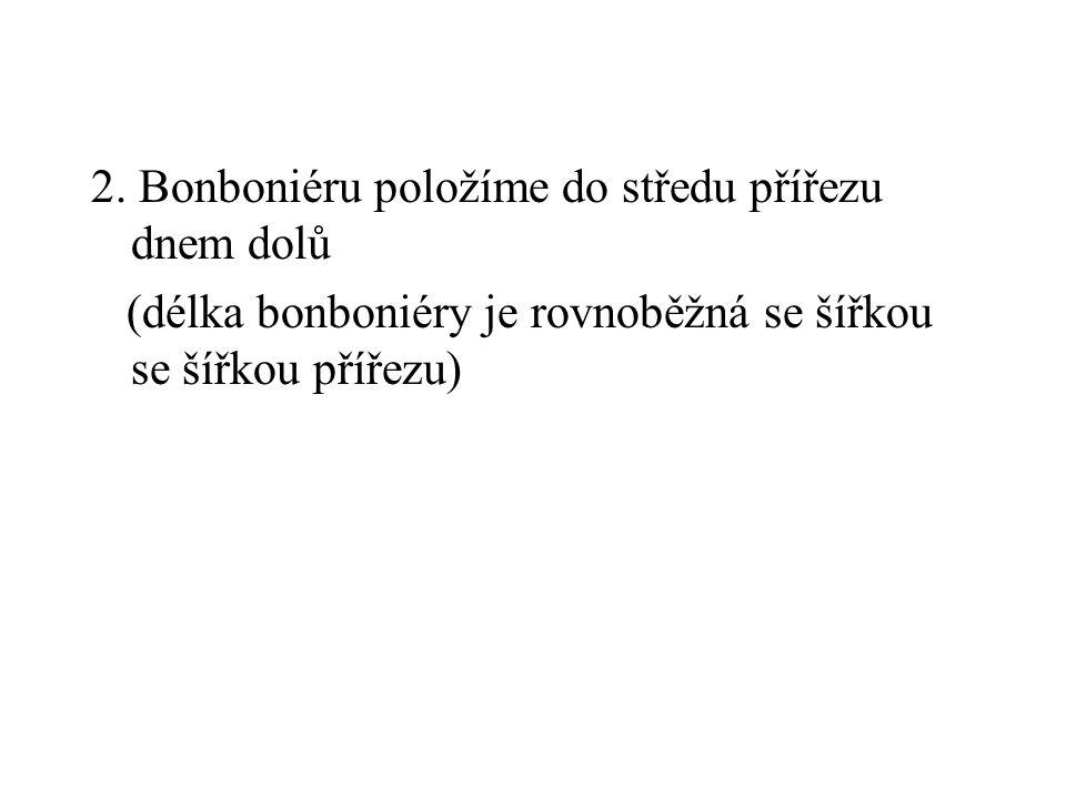 2. Bonboniéru položíme do středu přířezu dnem dolů