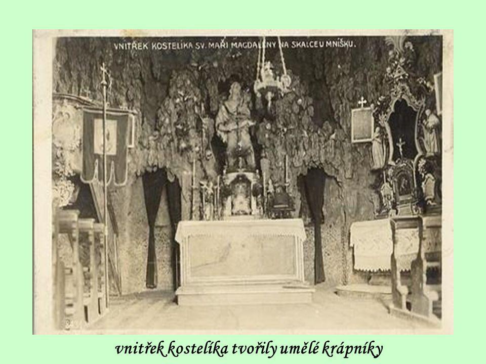 vnitřek kostelíka tvořily umělé krápníky