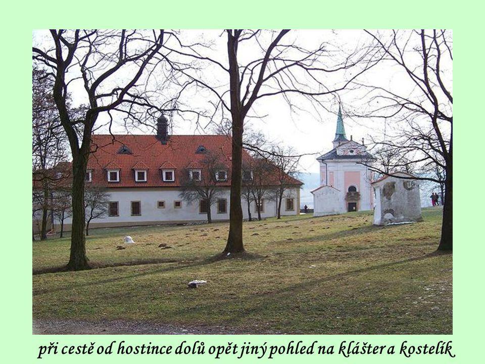 při cestě od hostince dolů opět jiný pohled na klášter a kostelík
