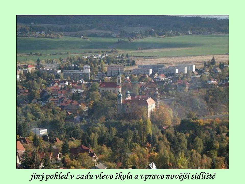 jiný pohled v zadu vlevo škola a vpravo novější sídliště