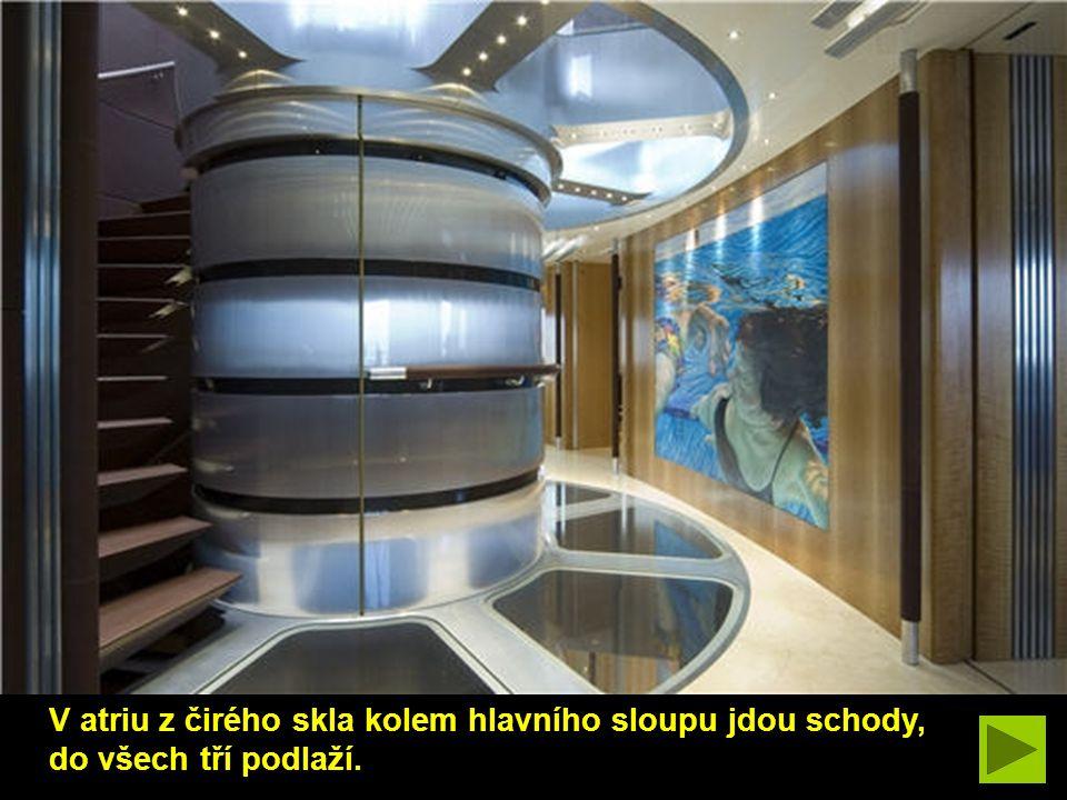 V atriu z čirého skla kolem hlavního sloupu jdou schody, do všech tří podlaží.