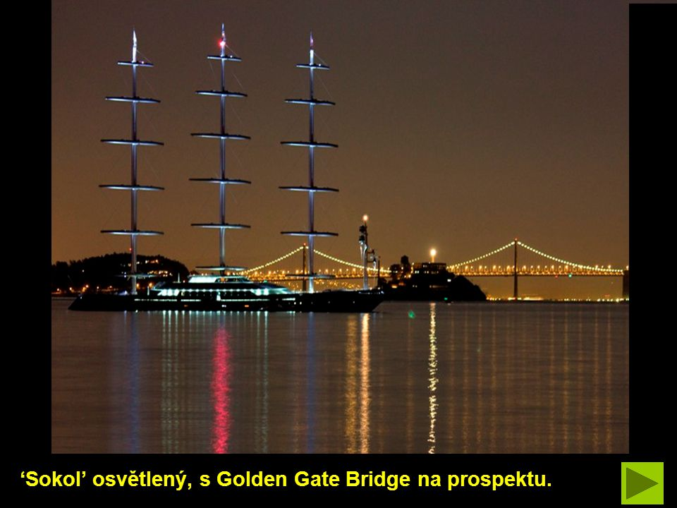 'Sokol' osvětlený, s Golden Gate Bridge na prospektu.