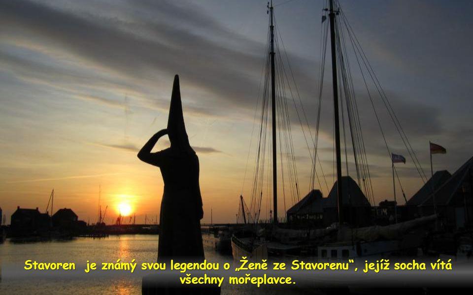 """Stavoren je známý svou legendou o """"Ženě ze Stavorenu , jejíž socha vítá všechny mořeplavce."""