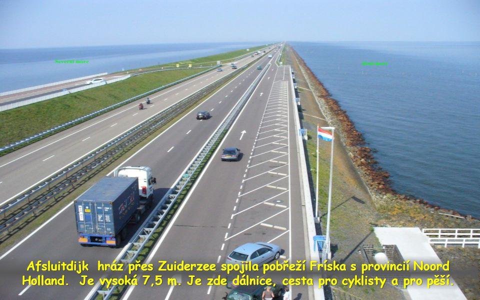Afsluitdijk hráz přes Zuiderzee spojila pobřeží Fríska s provincií Noord Holland.