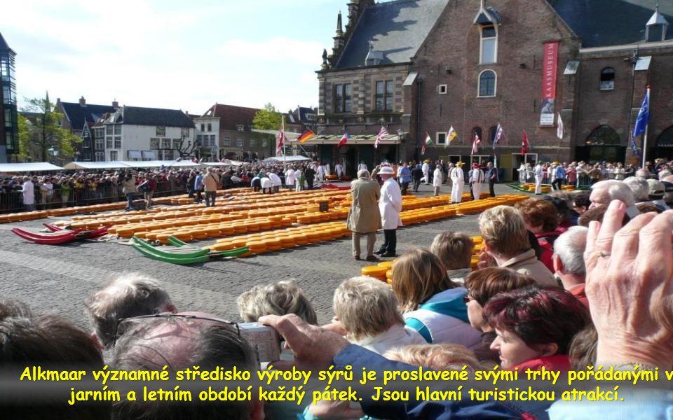 Alkmaar významné středisko výroby sýrů je proslavené svými trhy pořádanými v jarním a letním období každý pátek.