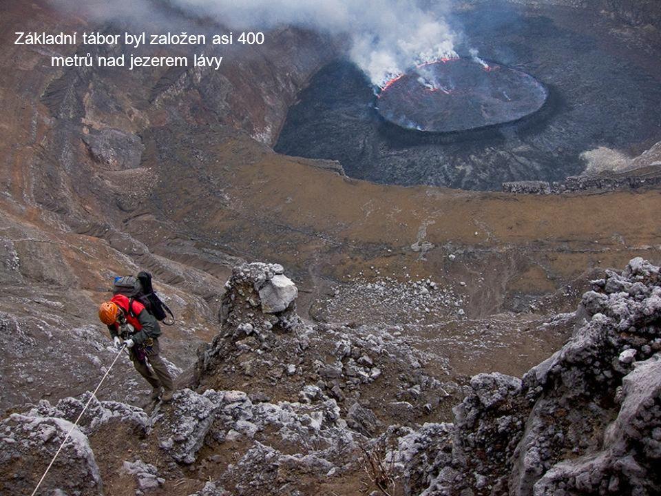 Základní tábor byl založen asi 400 metrů nad jezerem lávy