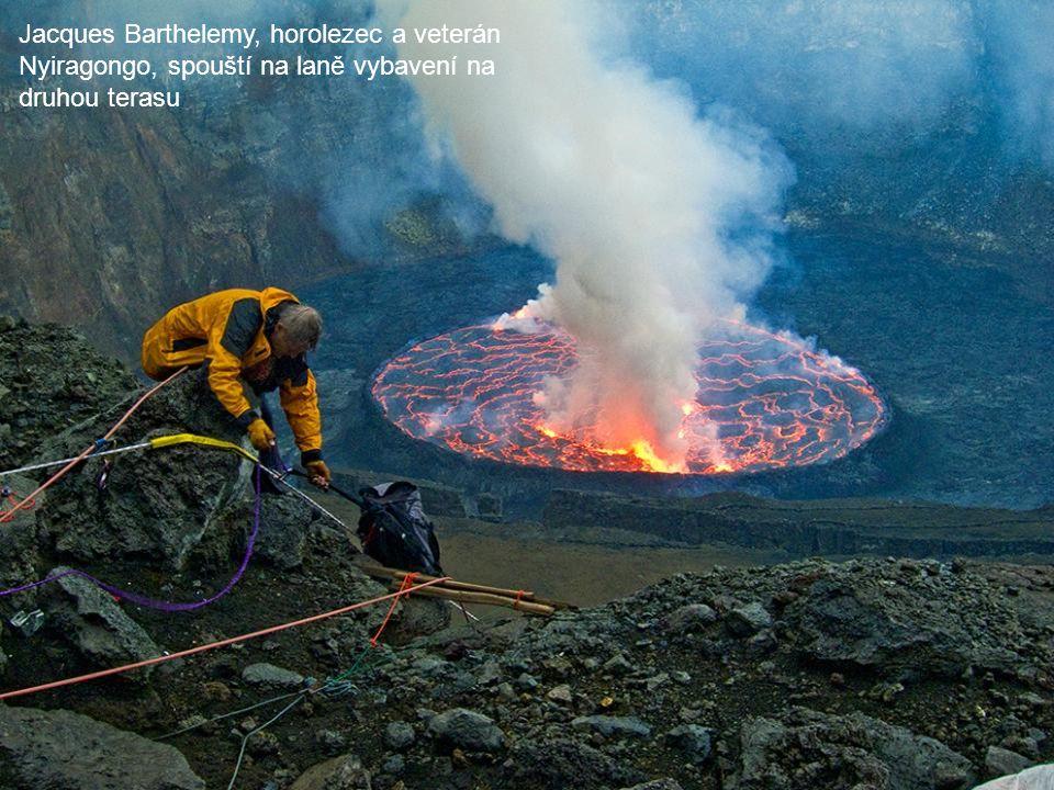 Jacques Barthelemy, horolezec a veterán Nyiragongo, spouští na laně vybavení na druhou terasu