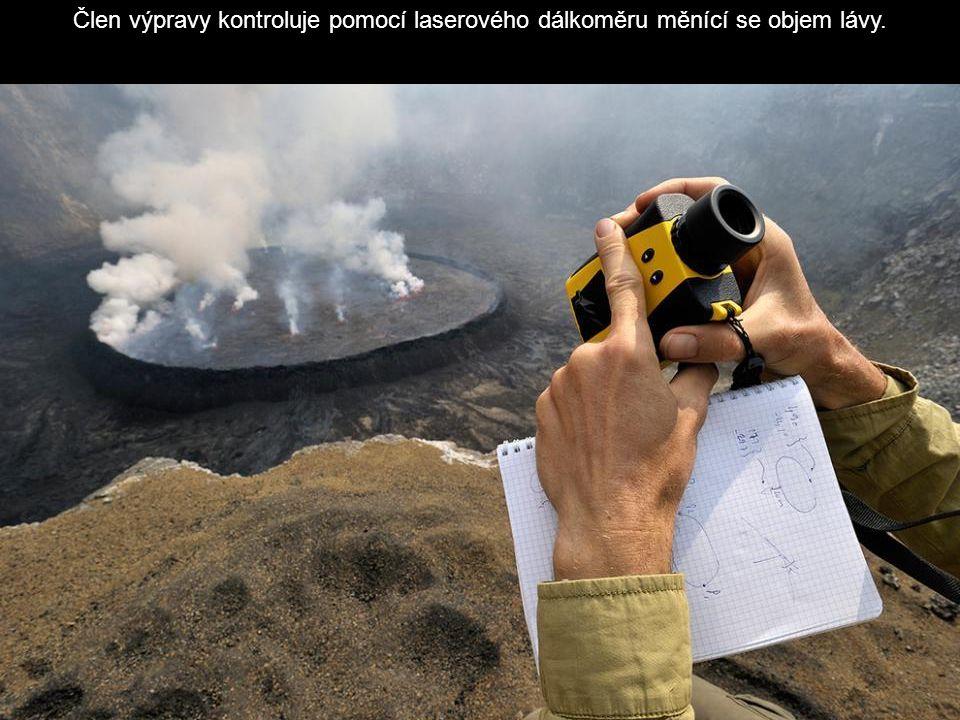 Člen výpravy kontroluje pomocí laserového dálkoměru měnící se objem lávy.