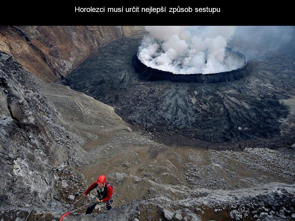 Horolezci musí určit nejlepší způsob sestupu