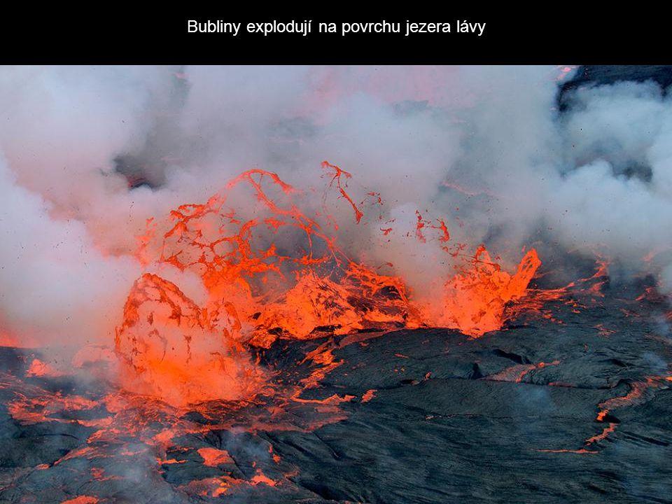Bubliny explodují na povrchu jezera lávy
