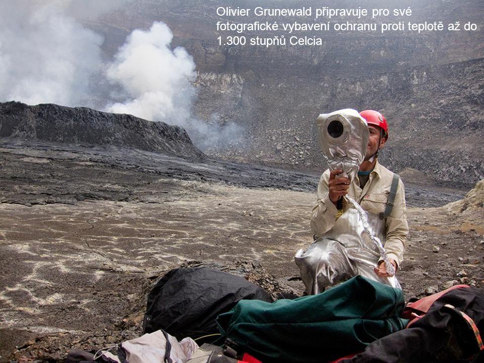 Olivier Grunewald připravuje pro své fotografické vybavení ochranu proti teplotě až do 1.300 stupňů Celcia