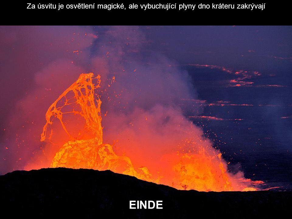 Za úsvitu je osvětlení magické, ale vybuchující plyny dno kráteru zakrývají