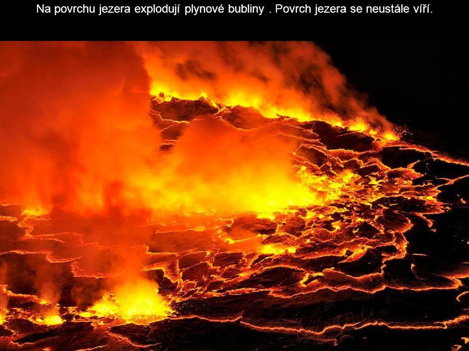 Na povrchu jezera explodují plynové bubliny