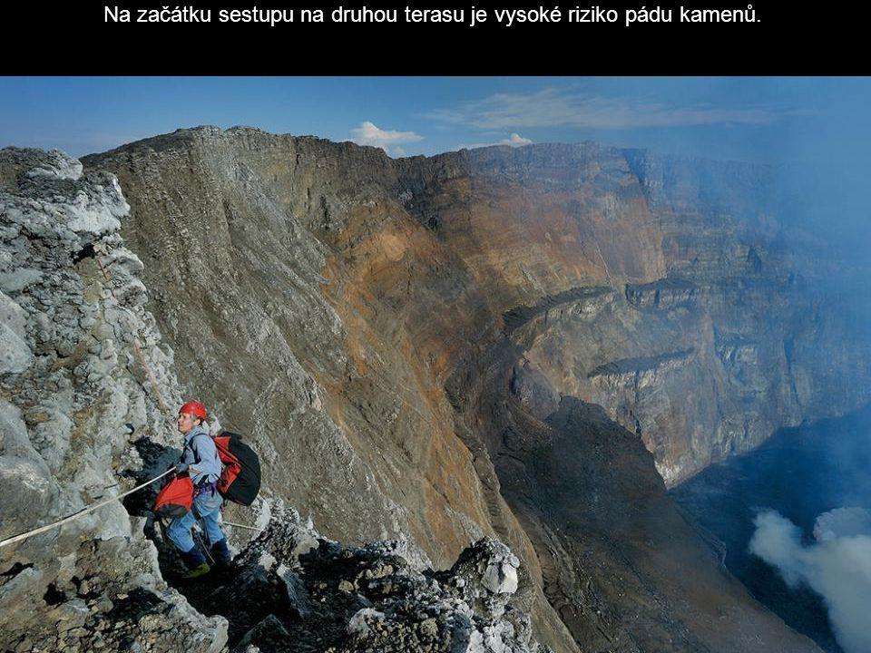 Na začátku sestupu na druhou terasu je vysoké riziko pádu kamenů.