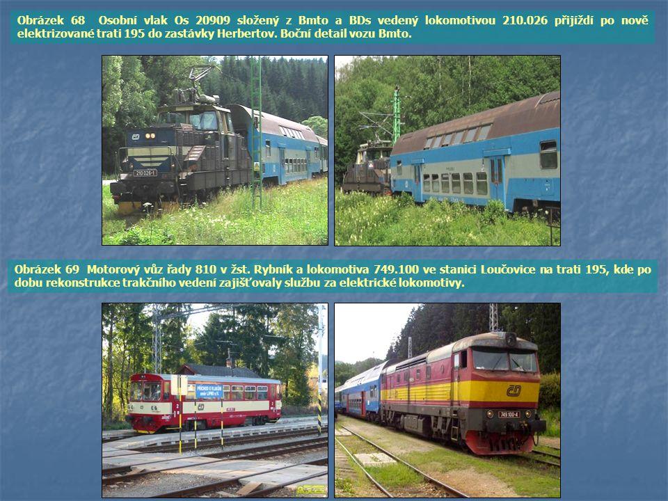Obrázek 68 Osobní vlak Os 20909 složený z Bmto a BDs vedený lokomotivou 210.026 přijíždí po nově elektrizované trati 195 do zastávky Herbertov. Boční detail vozu Bmto.