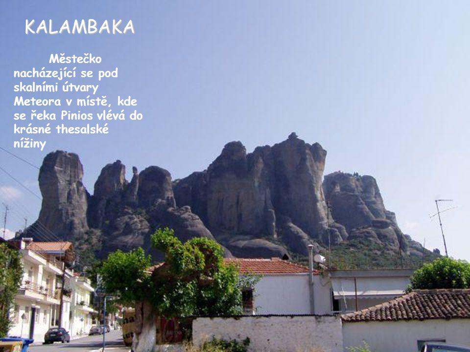 KALAMBAKA Městečko nacházející se pod skalními útvary Meteora v místě, kde se řeka Pinios vlévá do krásné thesalské nížiny.