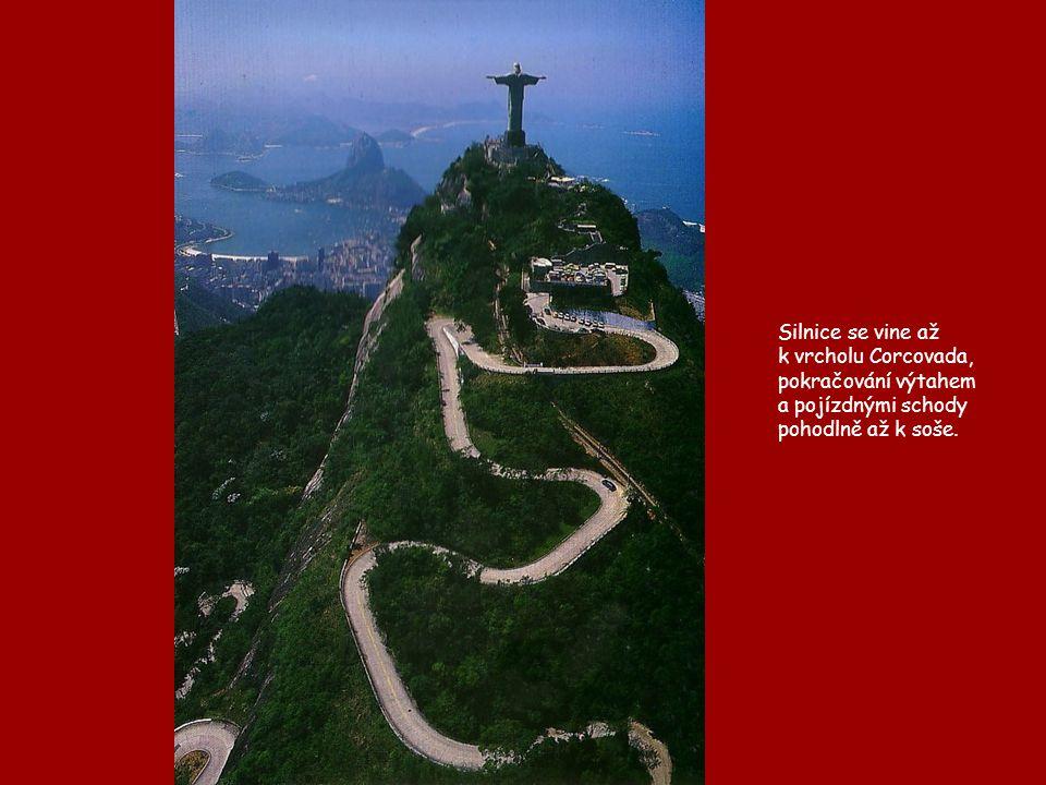 Silnice se vine až k vrcholu Corcovada, pokračování výtahem a pojízdnými schody pohodlně až k soše.